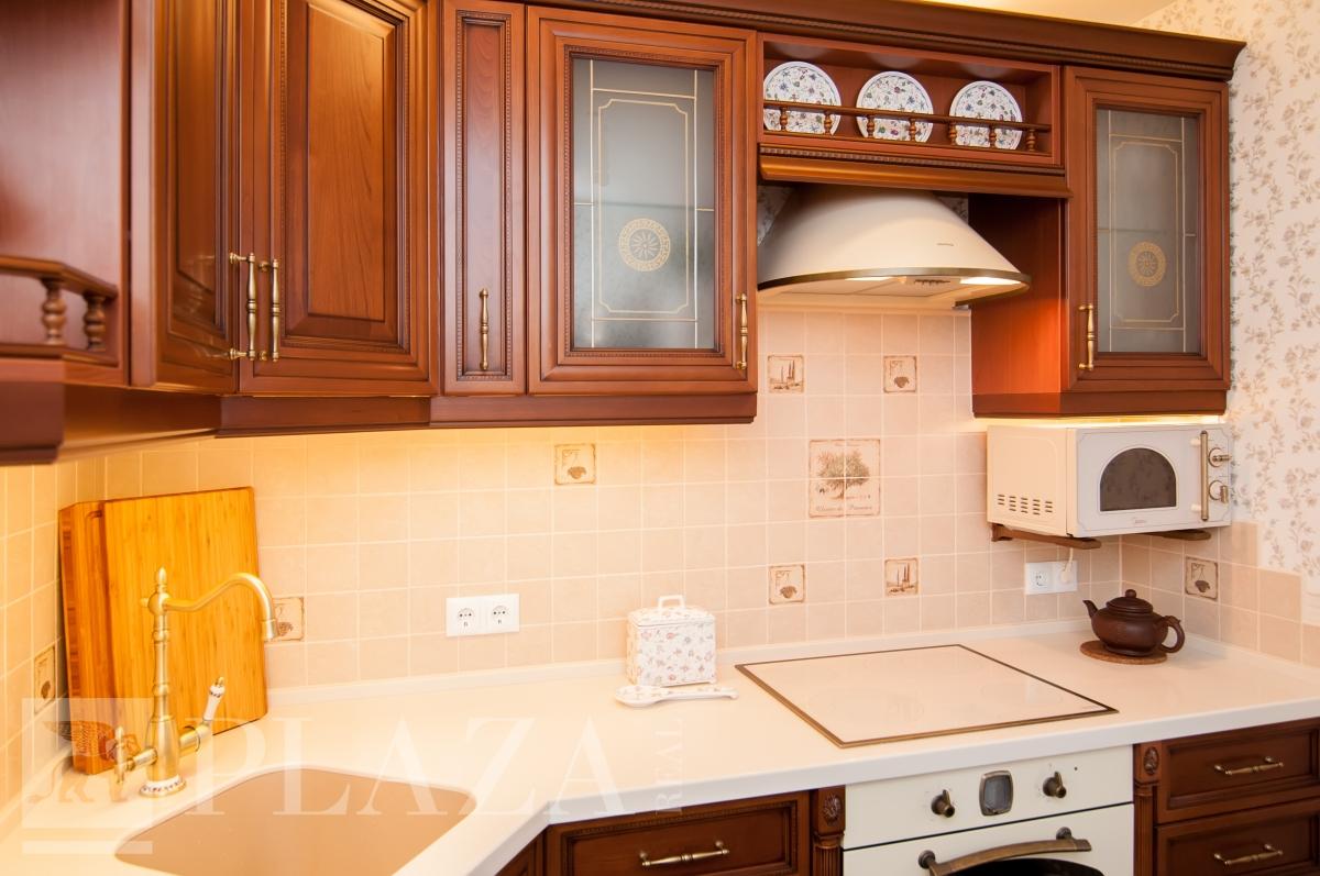 Витражи для кухни: плюсы и минусы, виды, интерьерные стили